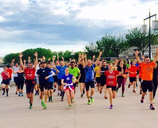 Le groupe A2 running, qui propose des sessions running gratuites dans Bordeaux et ne cesse de grossir, en plein entraînement dans le centre ville (©A2Running)