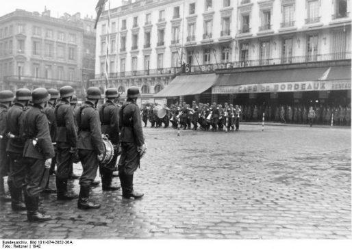 Concert de la Wehrmacht en 1942 sur la place de la Comédie à Bordeaux (Bundesarchiv, Bild 101I-074-2852-36A / Reitzner / CC-BY-SA 3.0)