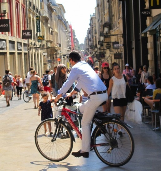 Un cycliste rue Sainte-Catherine (SB/Rue89 Bordeaux)