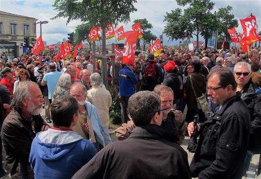 Plusieurs centaines de manifestants se sont réunis contre la loi travail place Stalingrad. (AP/Rue89 Bordeaux)