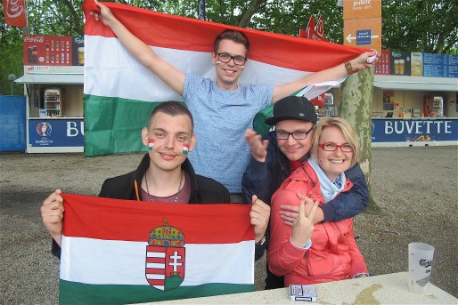 Adam, Csaba, Norbi et Tatiana ont parcouru 2 000 kilomètres pour la fan zone bordelaise (AP/Rue89 Bordeaux)