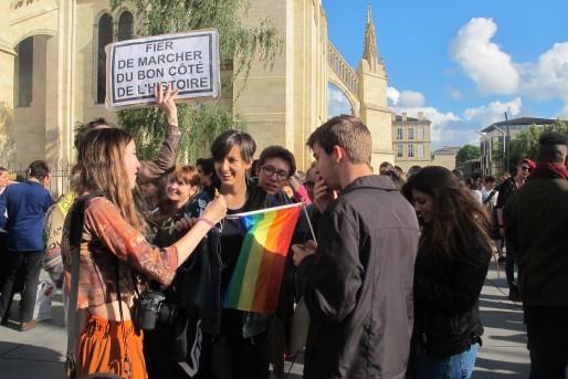 Une centaine de jeunes se sont rassemblés place Pey Berland jeudi 16 juin en réponse à la Manif Pour Tous (AP/Rue89 Bordeaux)