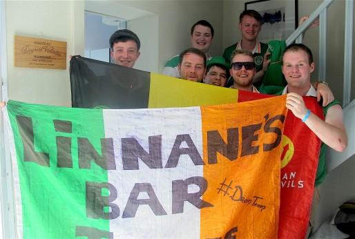 Fair play, les supporters Irlandais brandissent les drapeaux belges et Irlandais après une défaite 3-0 au stade de Bordeaux (AP/Rue89 Bordeaux)
