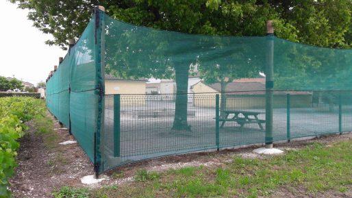 Les filets anti-pesticides, ici à l'école d'Arcins, sont-ils efficaces ? (DR)