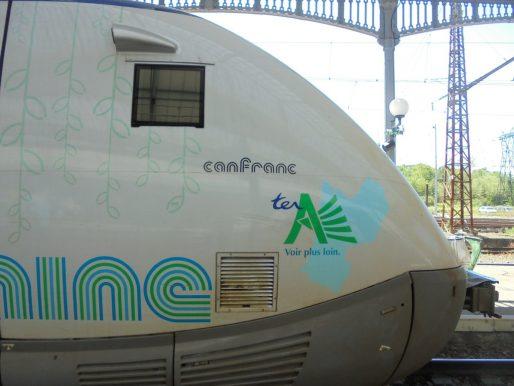 En gare de Pau, les TER Aquitaine porte déjà le nom de la gare transfrontalière de Canfranc qu'ils re-desserviront peut-être un jour (BG/Rue89 Bordeaux)