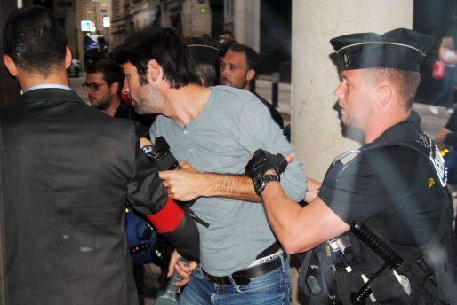 Le photographe Kami qui s'en prend à Stéphane Le Foll est évacué de force (WS/Rue89 Bordeaux)