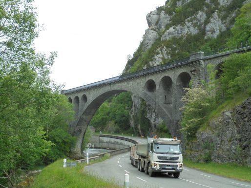 Le nouveau viaduc d'Escot surplombe une route très fréquentée par les camions (BG/Rue89 Bordeaux)