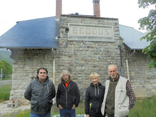 Devant l'ancienne gare de Bedous, des membres du Créloc : Christian Broucaret (par ailleurs président de la FNAUT Aquitaine), Jean-Luc Palacio, Régine Péhau-Gerbet et François Rebillard (BG/Rue89 Bordeaux)