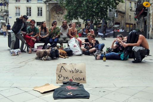 Place Saint-Projet, une vingtaine de personnes en soutien aux sans domicile fixe (WS/Rue89 Bordeaux)