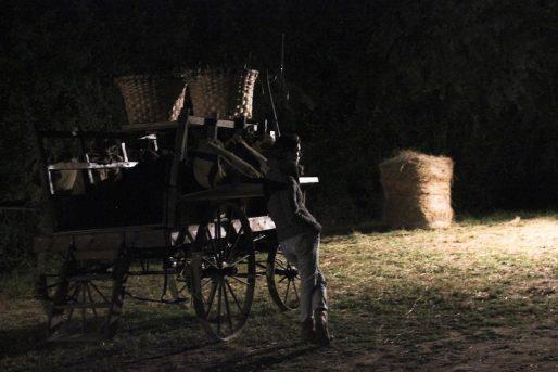 Bénédicte attend le retour de son mari et de sa fille en coulisses pour les aider à se changer et s'occuper de leurs chevaux (MD/Rue89 Bordeaux)
