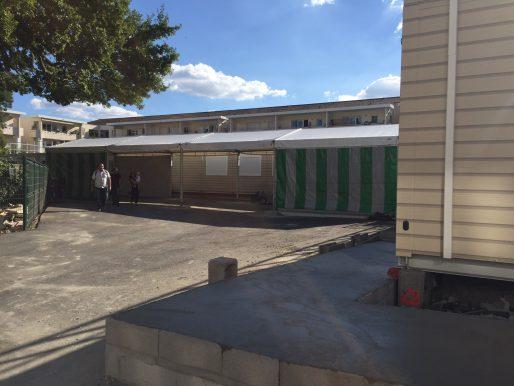 Les travaux de construction de l'école modulaire Jean Jacques Sempé, dans le Jardin de Ta soeur.