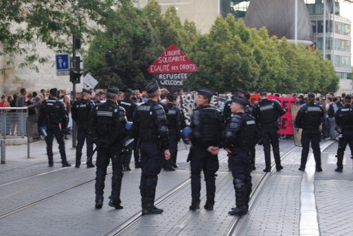 Les pour et les contre l'accueil des réfugiés en Gironde séparés par un important dispositif policier (WS/Rue89 Bordeaux)