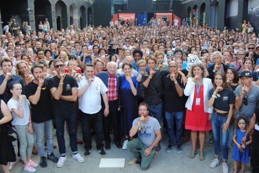 Le public entoure Edgar Morin et Marion Cotillard pour la photo de l'Alerte de Darwin (WS/Rue89 Bordeaux)