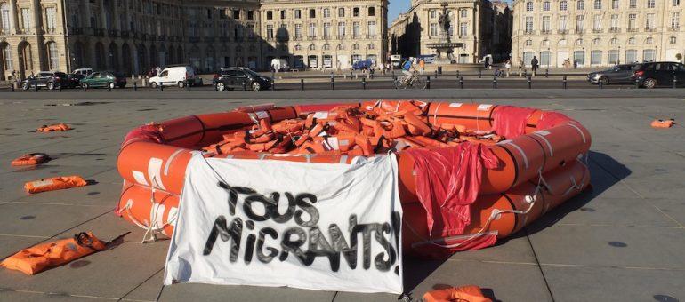 «Tous migrants !», bouteille à la mer dans le miroir d'eau