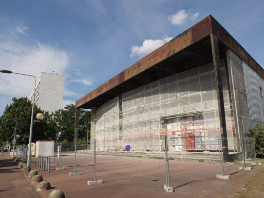 Les carreaux émaillés sur la façade de la Salle des fêtes ont été enlevés pour être restaurés (SB/Rue89 Bordeaux)
