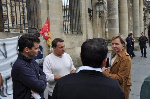 Les syndiqués et soutiens de Stéphane en pleine discussion avec Virginie Calmels (Xavier Ridon/Rue89 Bordeaux)
