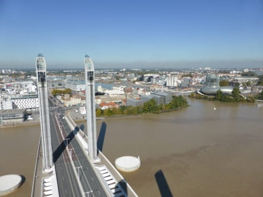 Vue du haut du pont Chaban-Delmas, à 55 m au-dessus du fleuve. DR.