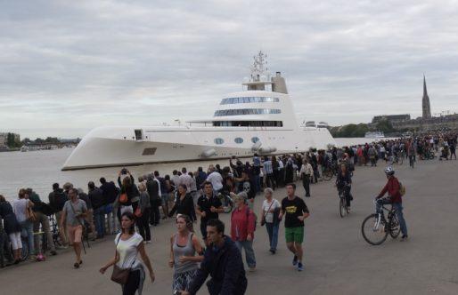 """Le départ de Bordeaux du super yacht """"A"""" (SB/Rue89 Bordeaux)"""