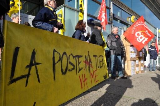 """Rassemblement autour de la banderole """"La Poste va me tuer"""" (XR/Rue89 Bordeaux)"""