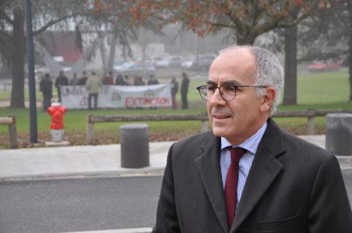 Manuel Tunon de Lara, président de l'Université de Bordeaux, et manifestants contre la précarité universitaire (XR/Rue89 Bordeaux)