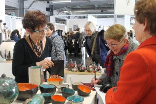 Anne Malécot-Boutin (à gauche) présente ses créations au salon Ob'Art (MO/Rue89 Bordeaux)