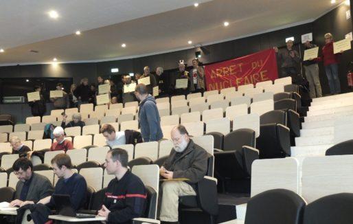Manifestants anti-nucléaire vendredi à la réunion de la CLIN (SB/Rue89 Bordeaux)
