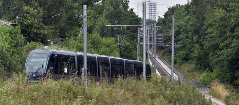 Le tram D file dare-dare vers Saint-Médard