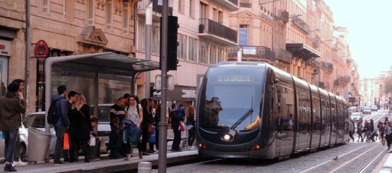 Transports : la gauche contre la hausse des tarifs, Juppé parle d'abandon du tram