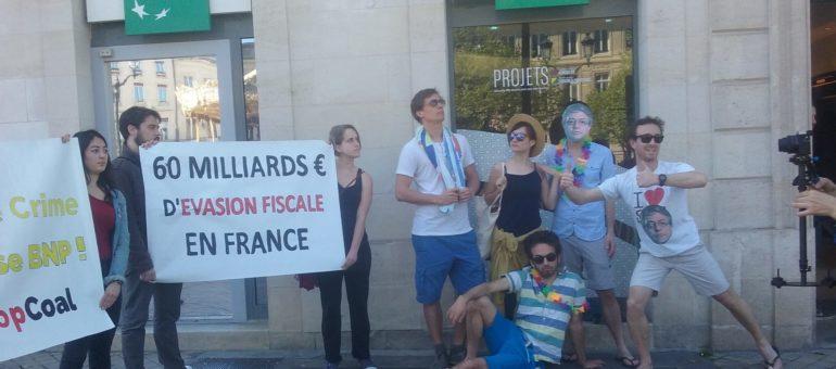 Les Faucheurs de Chaises fêtent l'anniversaire des Panama Papers à la BNP de Bordeaux