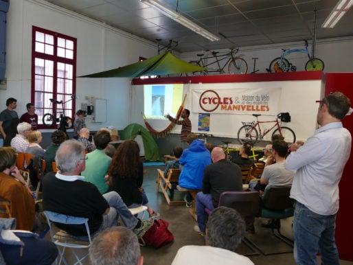 """Organisée par l'association de promotion de la pratique du vélo et de l'intermodalité Cycles & Manivelles à la Maison du vélo et des Mobilités à Bègles le 7 avril, la soirée """"Voyage à vélo"""" a attiré une soixantaine de cyclovoyageurs, actifs ou en devenir. DR-Rue89Bordeaux/FR"""