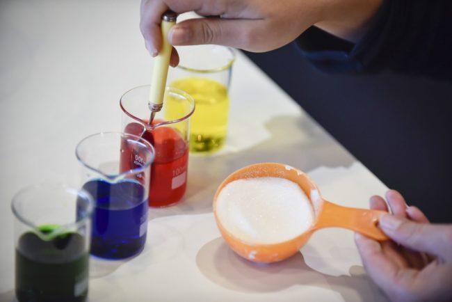 Réussir une mayonnaise, cuire un oeuf à la coque, faire de la glace...La cuisine, c'est de la chimie! Les petits Bordelais peuvent l'expérimenter à Cap Sciences au travers d'ateliers thématiques.