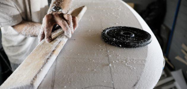 Fabriquer sa planche de surf en matériaux naturels et de récup, mode d'emploi