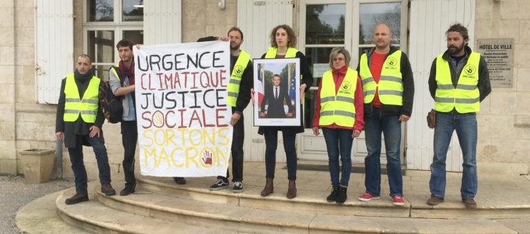 Des militants du climat décrochent le portrait de Macron de la mairie de Gradignan