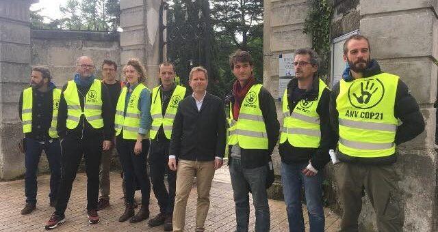 A Bègles, ANV-COP21 réquisitionne le portrait de Macron avec l'appui du maire