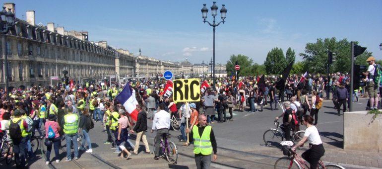 1er Mai, une fête des travailleurs en rouge et jaune à Bordeaux