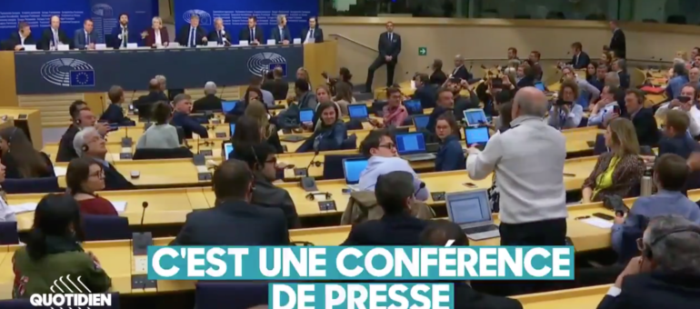 Un journaliste de Sud Ouest s'oppose aux applaudissements d'eurodéputés d'extrême-droite lors d'une conférence de presse