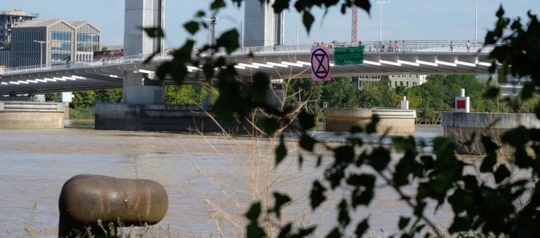 Extinction Rebellion empêche l'arrivée d'un paquebot de croisière à Bordeaux