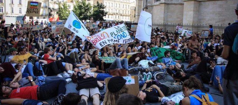 Le MacDo de la rue Sainte-Catherine porte plainte contre les Jeunes pour le Climat