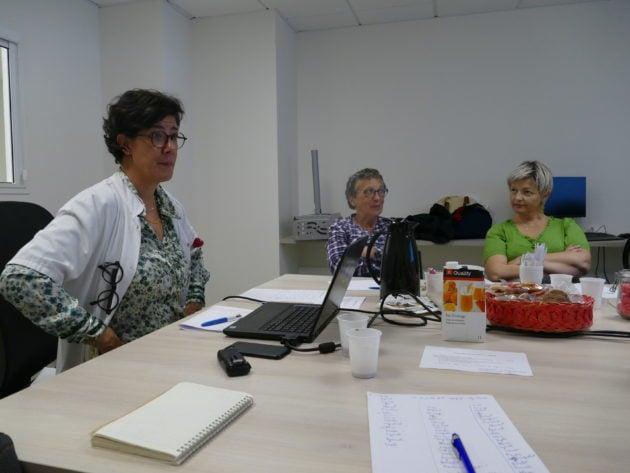 La neuropsychologue Véronique Gérat-Muller (à gauche) a mis en place, à l'Institut Bergonié, Centre de lutte contre le cancer à Bordeaux, des ateliers pour doper le cerveau malmené par les traitements. ©Florence Heimburger