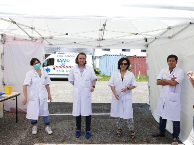 De gauche à droite : un cadre de santé, le Pr Charles Cazanave, infectiologue au CHU de Bordeaux, le Dr Mojgan Hessamfar, médecin spécialiste de santé publique à l'Hôpital Saint-André et le Dr Duc Nguyen, également infectiologue au CHU. ©Florence Heimburger