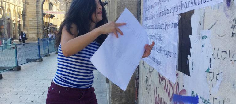 Nous avons croisé Nathalie Man en train de coller un poème place Gambetta