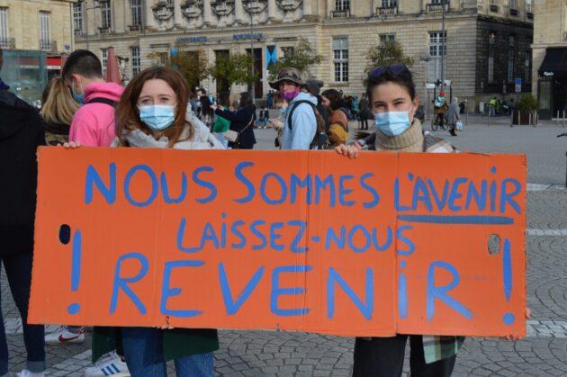 Amélie et Lise étaient présentes place de la Victoire pour réclamer la réouverture des Universités