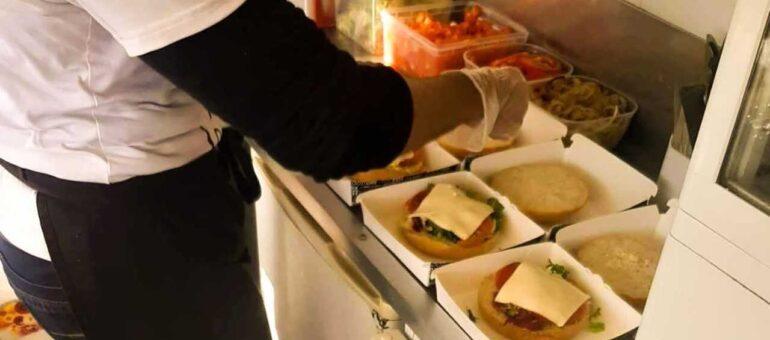 Patron d'un food truck pour 1800 euros par mois, Tristan, a «toujours peur d'attraper un truc»