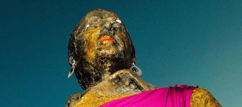 La statue de Chaban-Delmas travestie et baptisée Jacqueline en vue du 8 mars