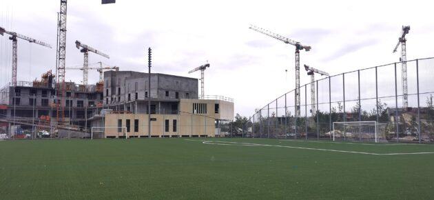 Le stade de foot du parc Suzanne Lenglen donnant sur le futur groupe scolaire (Crédits : KS/Rue89 Bordeaux)