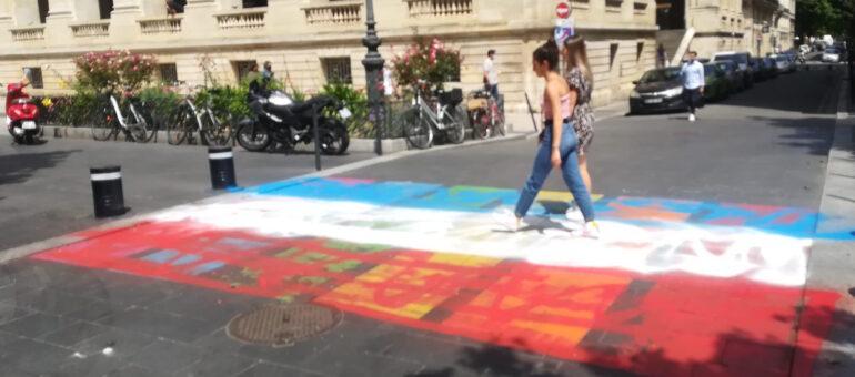 Le passage piéton arc-en-ciel à Bordeaux vandalisé et repeint en bleu-blanc-rouge